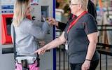 Die Bahnhof-Paten erteilen Auskünfte an Kundinnen und Kunden